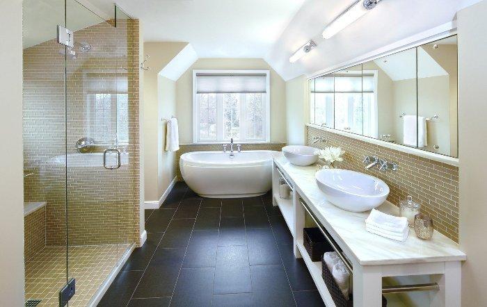 Сантехника в бежевой ванной.