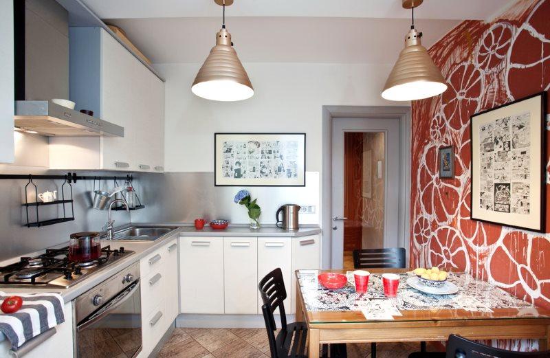 Терракотовая стена в маленькой кухне