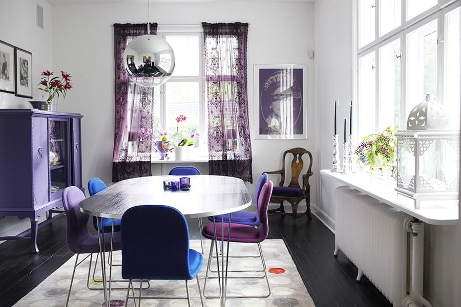 Стулья с тканевой обивкой в кухне с двумя окнами