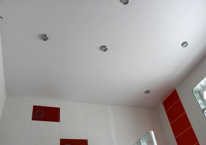 Точечные светильники в ванной.