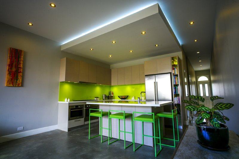 Двухуровневый кухонный потолок с точечными светильниками