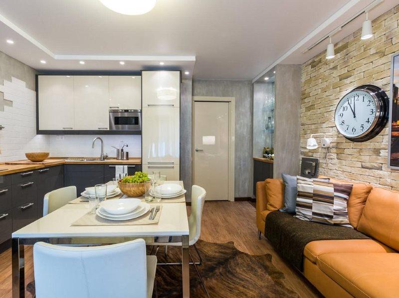Кожаный диван в интерьере кухни-гостиной