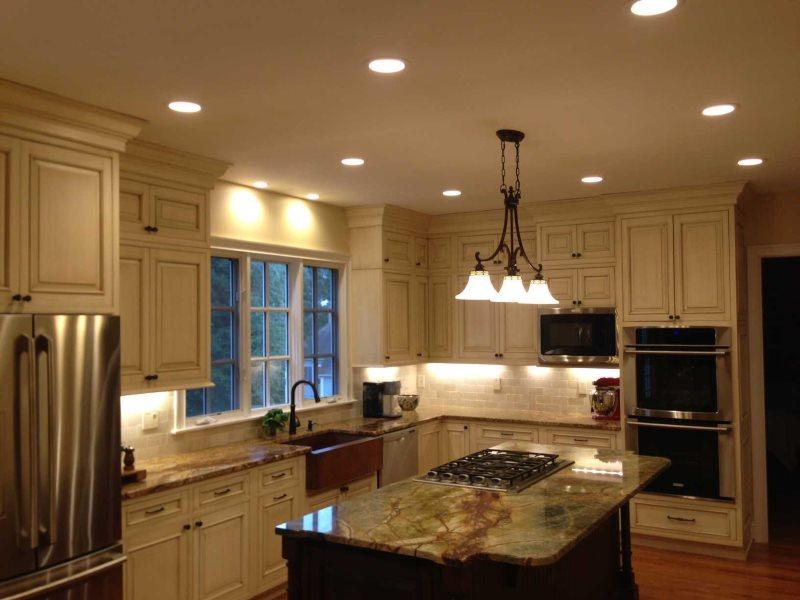 Кухонный потолок со встроенными светильниками