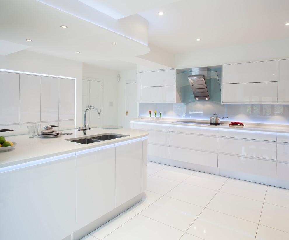 Встроенное освещение на потолке белоснежной кухни