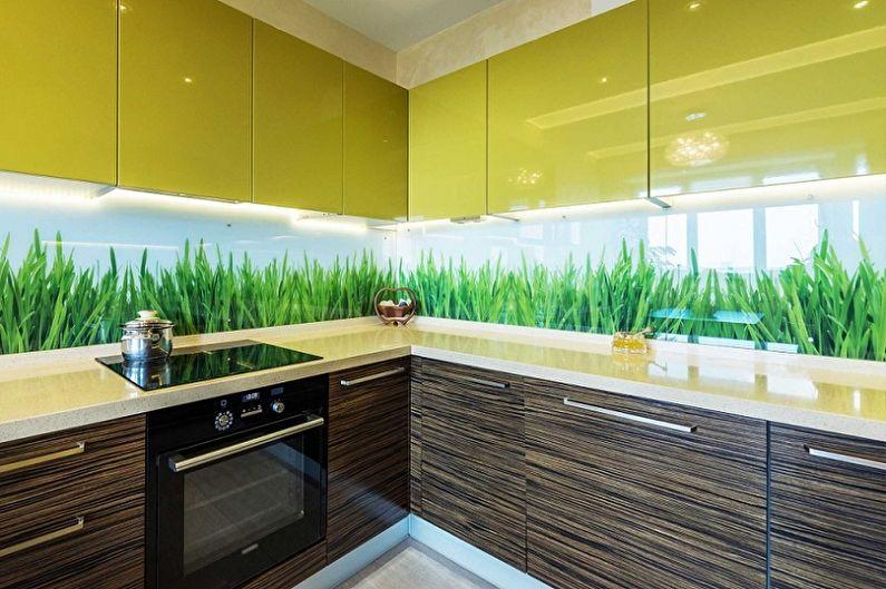 Зеленая трава на стекле кухонного фартука