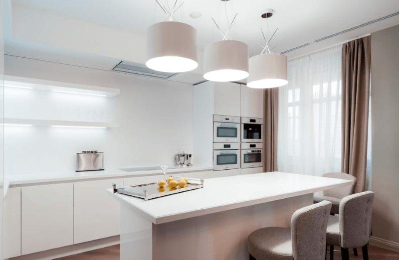 Три светильника над барной стойкой в кухне