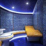Синяя мозаика на стене в ванной