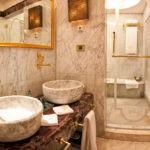 Керамические умывальники в ванной восточного стиля