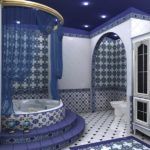Синий потолок в ванной комнате