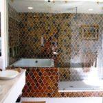 Стеклянная перегородка в ванной комнате частного дома