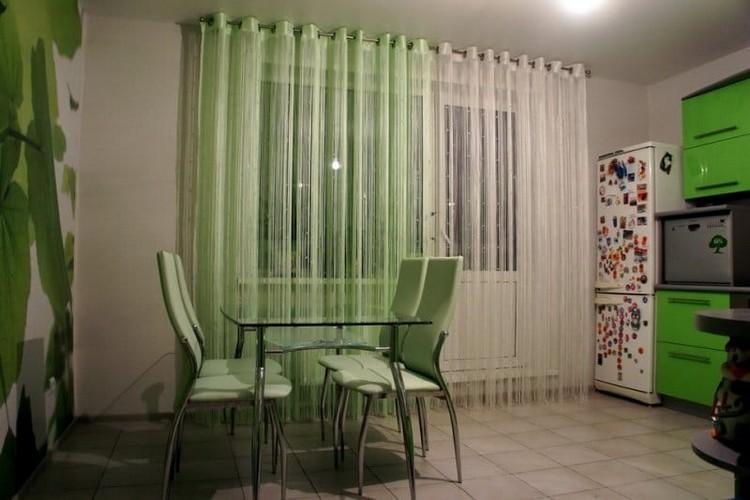 Оформление окна кухни цветным тюлем на люверсах