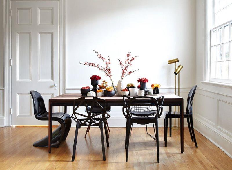 Разнообразные стулья возле кухонного стола