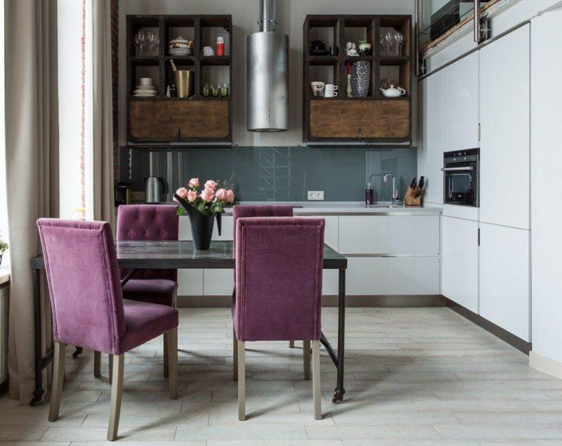 Фиолетовые стулья в кухне Г-образной планировки