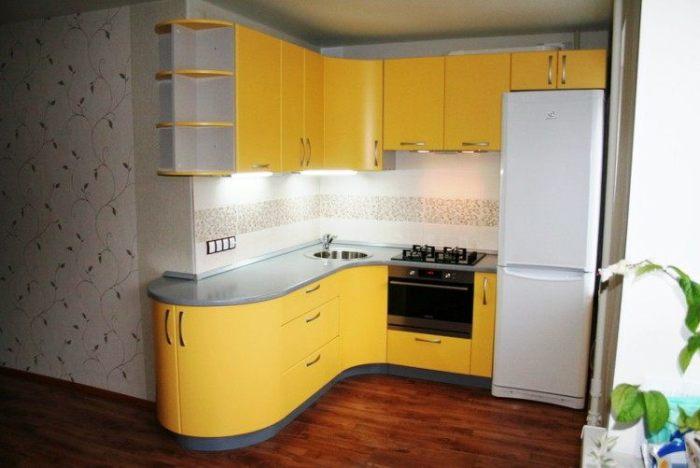 Желтая угловая кухня.