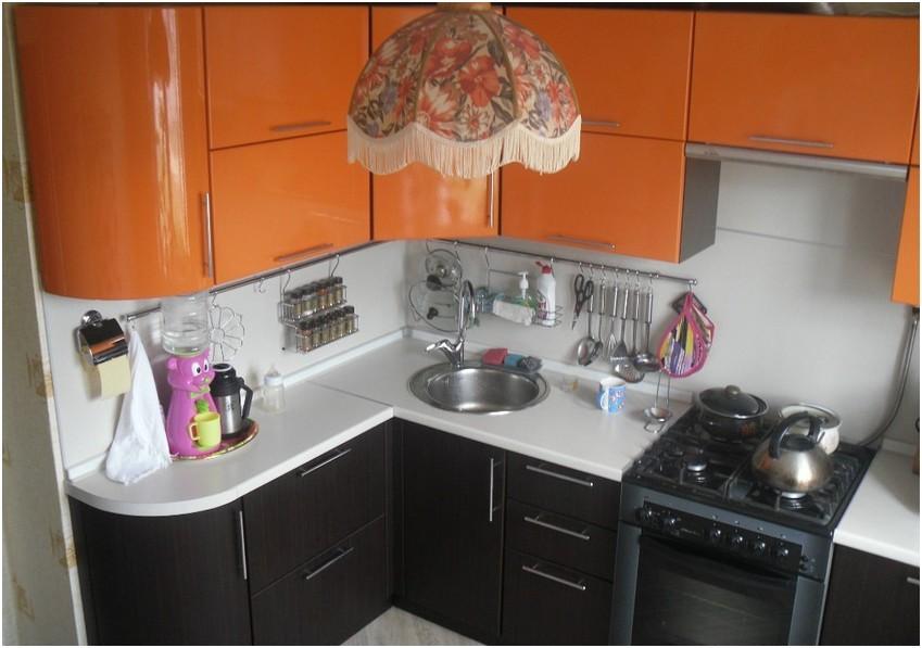 Угловой гарнитур в кухне хрущевки