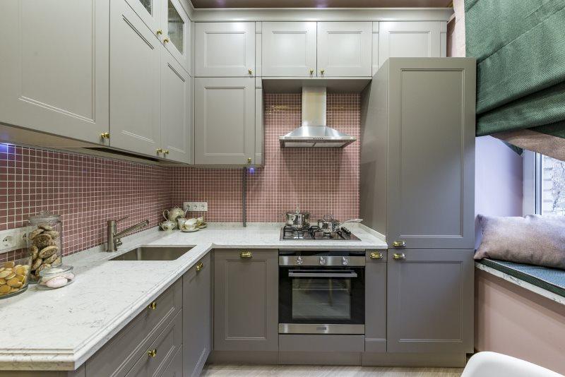 Серая мебель в кухне с панельными стенами
