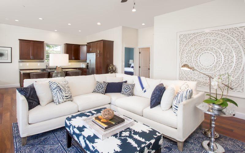 Белый угловой диван в небольшой кухне-гостиной
