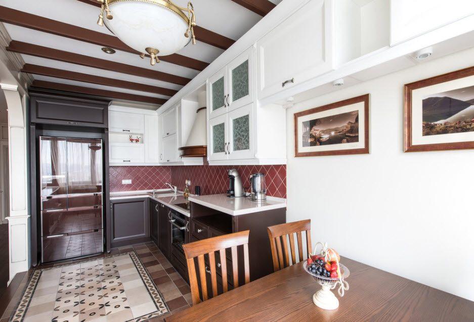 Интерьер узкой кухни с угловым гарнитуром