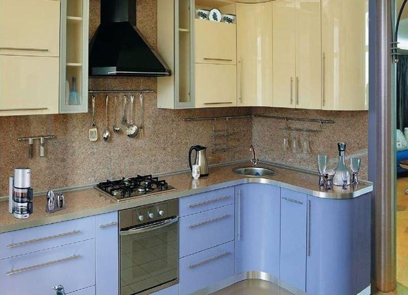 Двухцветный гарнитур угловой планировки в кухне 9 квадратов