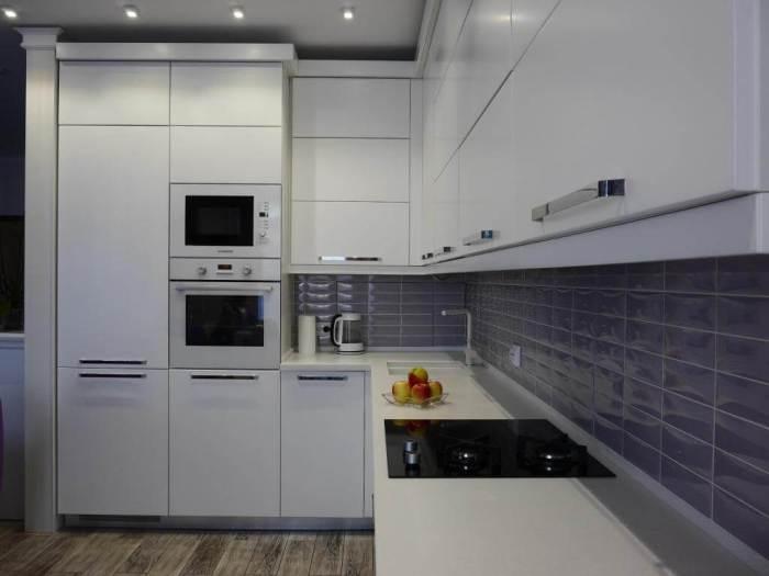 Угловой гарнитур в маленькой кухне.