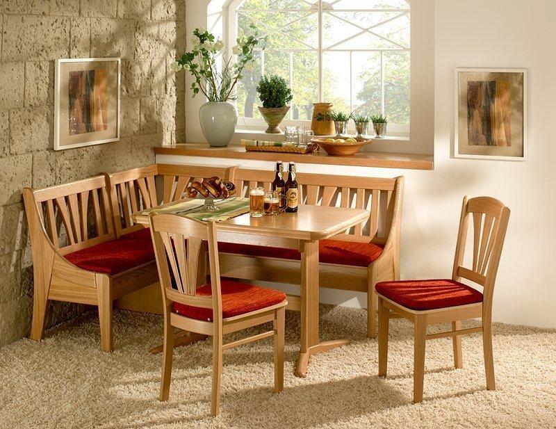 Кухонный уголок со стульями и столом из дерева