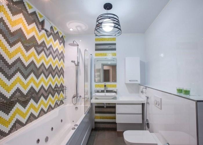 Цветные узоры на стенай ванной.