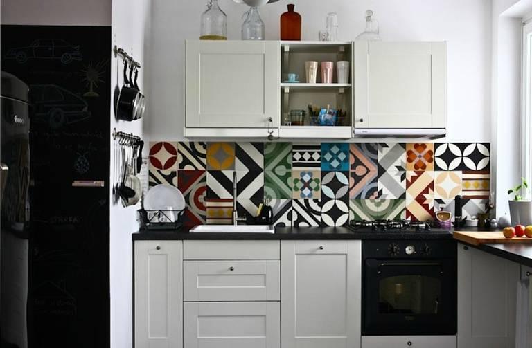 Пестрый фартук в маленькой кухне