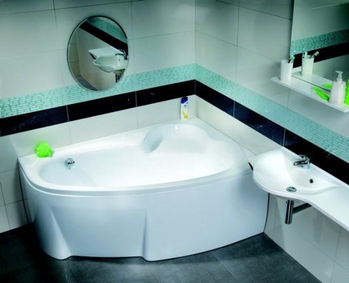 Угловая ванна в ванной комнате.