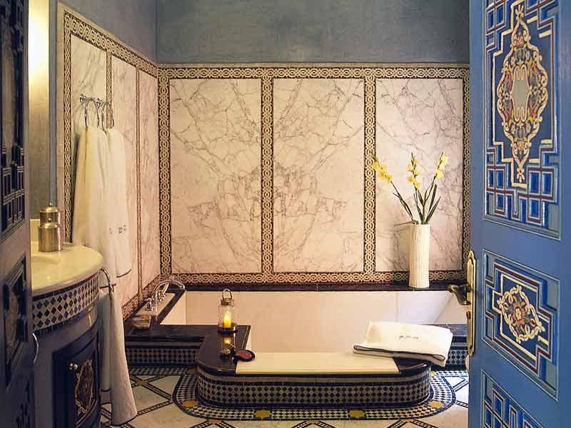Ванна в полу в комнате в восточном стиле