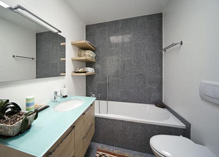 Сантехника в белой ванной.