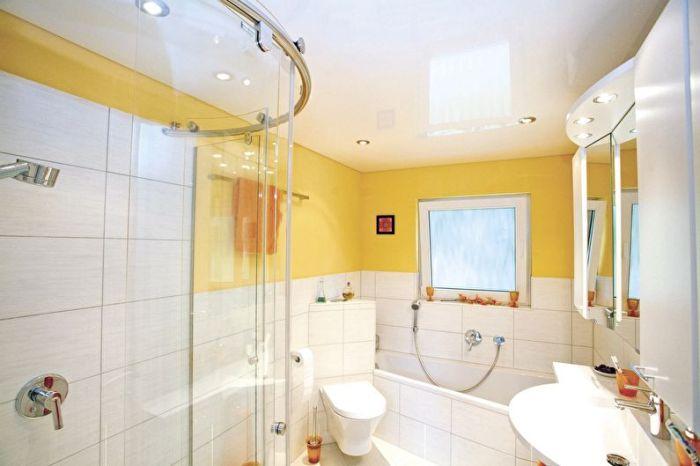 Натяжной потолок в ванной.