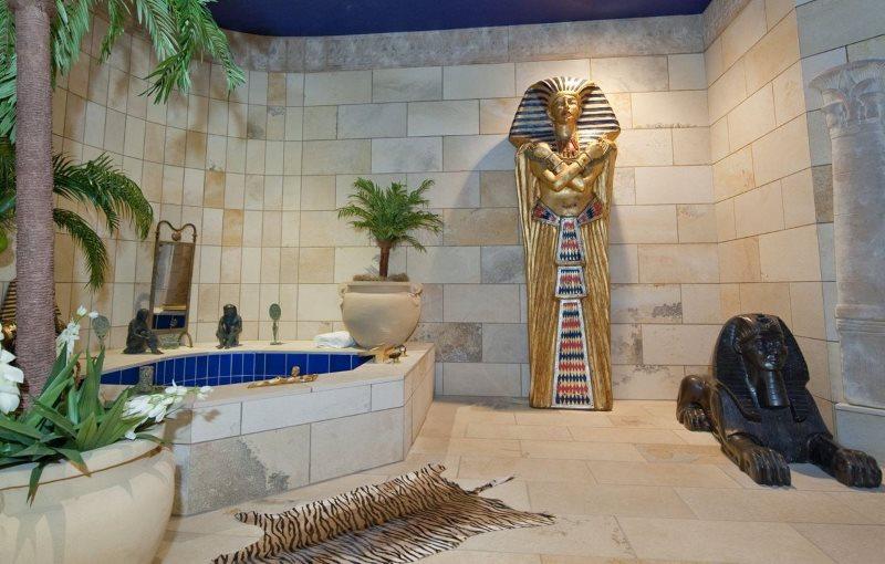 Просторная ванная комната в египетском стиле