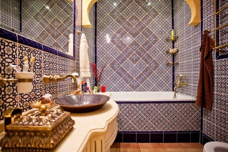 Оформление мозаикой стен ванной в индийском стиле