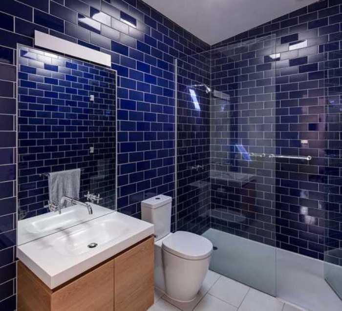 Мебель в синей ванной.