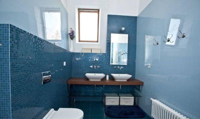 Окрашивание стен в ванной.