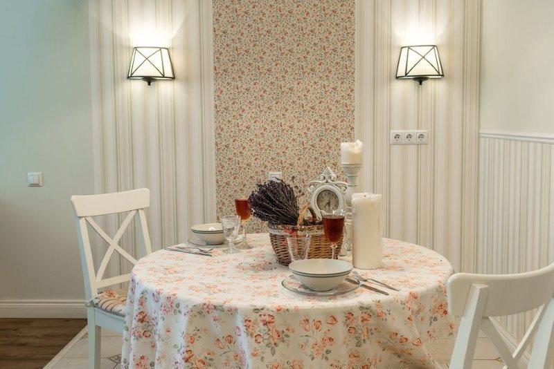 Зонирование места для обедов с помощью обоев с разных орнаментом