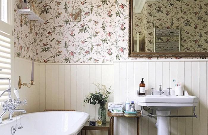 Обои на стенах ванной.