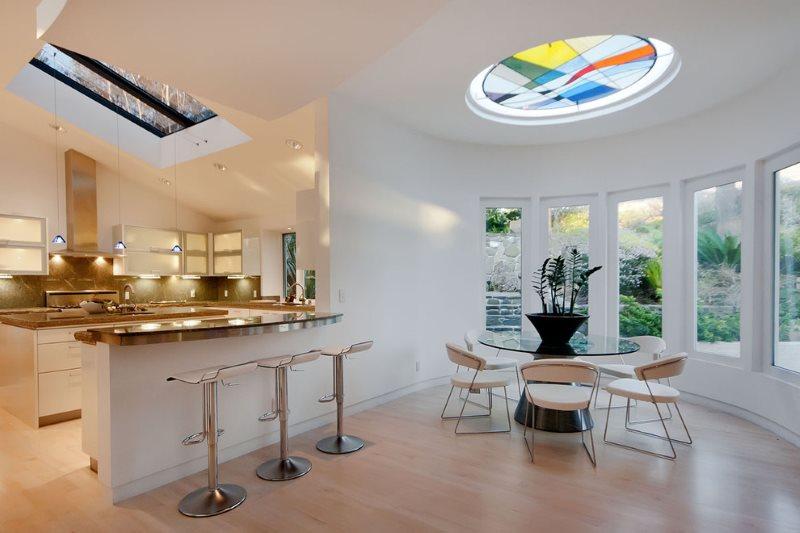 Белые стены кухни-столовой в частном доме