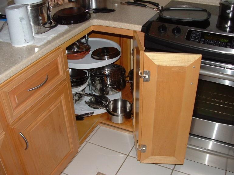 Открытая дверца угловой секции кухонного гарнитура