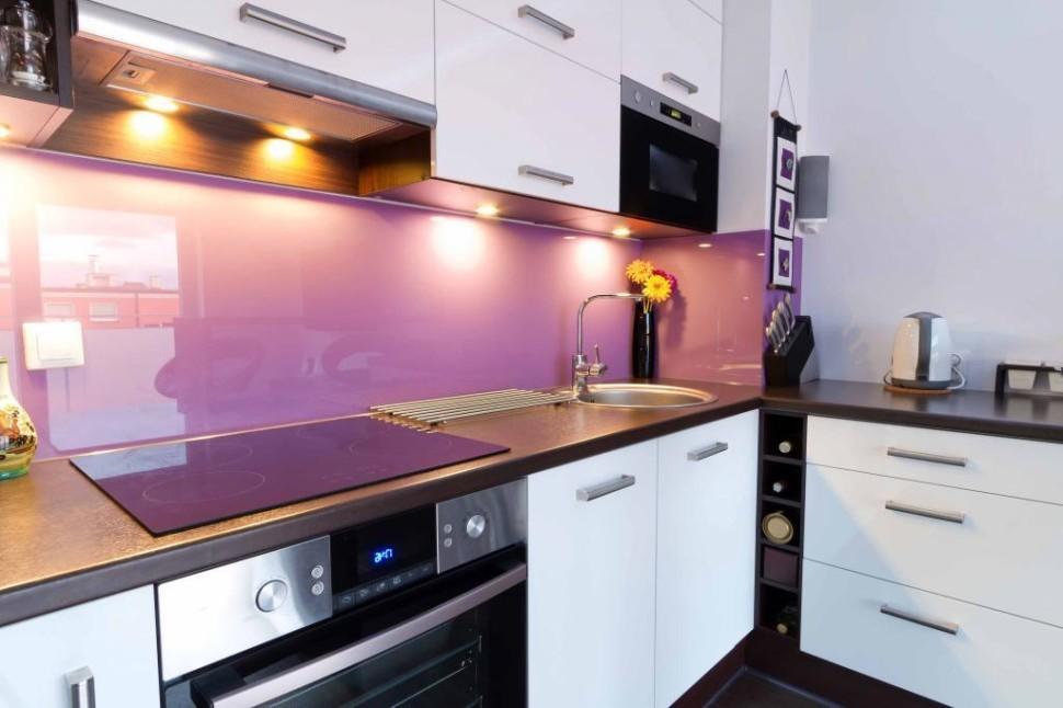 Яркая подсветка кухонного фартука фиолетового цвета