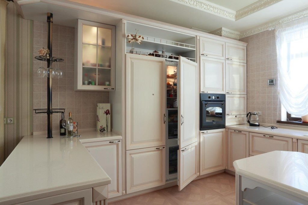 Интерьер классической кухни со встроенной бытовой техникой