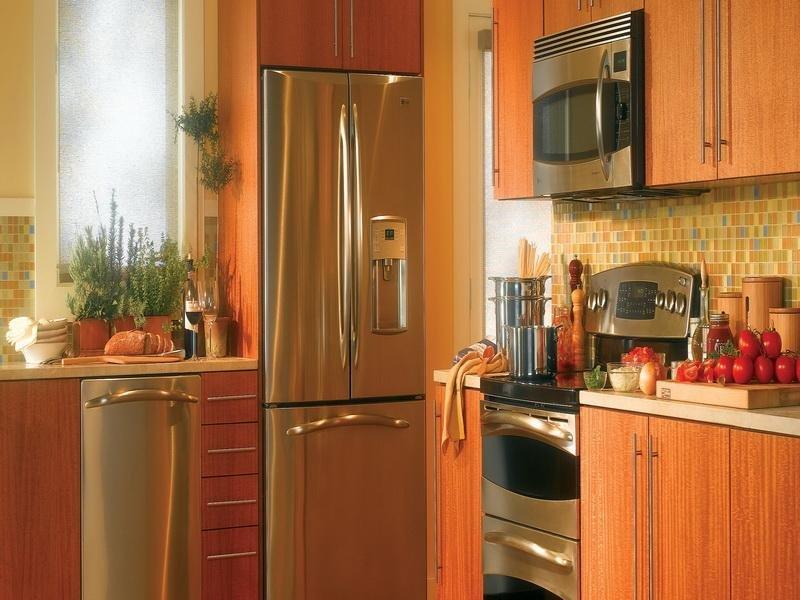 Встроенный холодильник в кухне небольшого размера