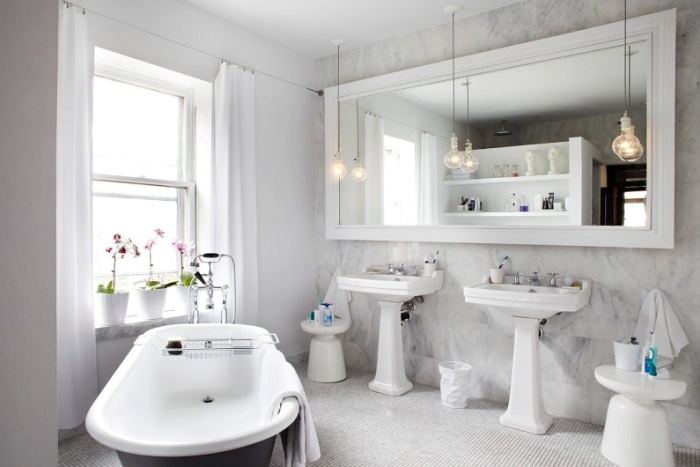 Зеркало на стене в ванной.