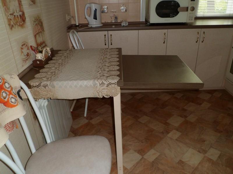 Стол-трансформер в интерьере маленькой кухни