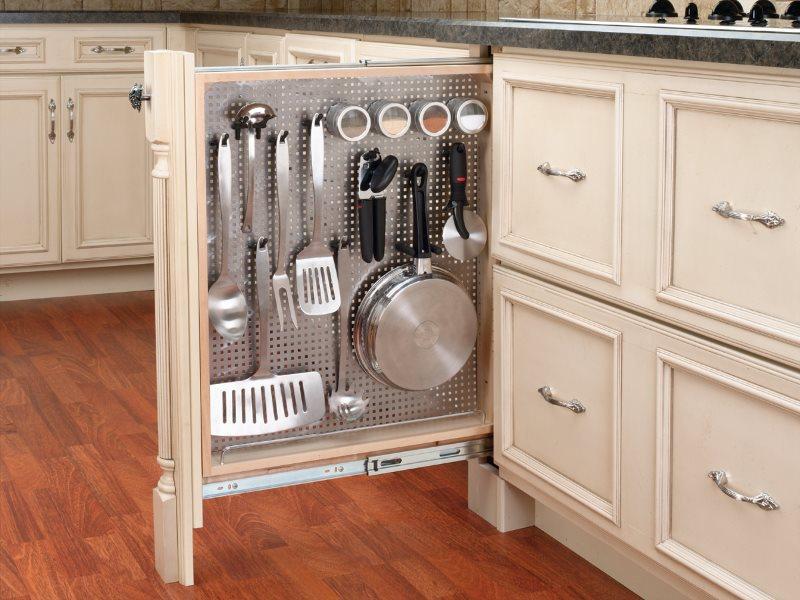 Узкая выдвижная панель в нижней части кухонного гарнитура