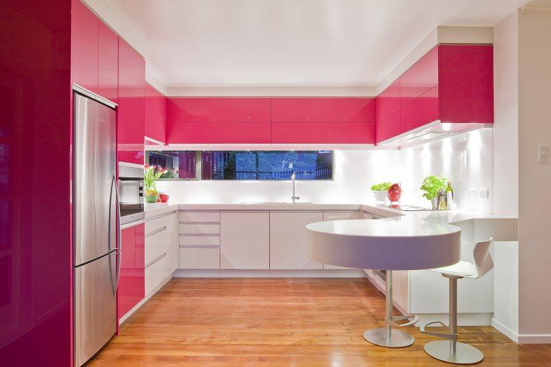 П-образная кухня с яркими розовыми шкафами