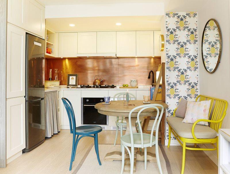 Синий стул в современной кухне и кушетка с подлокотниками