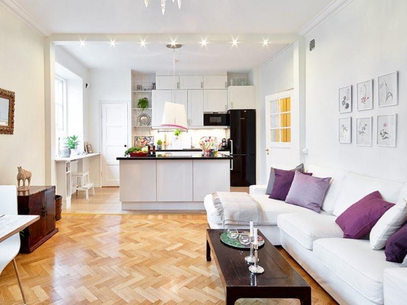 Яркое освещение в кухне-гостиной с белыми стенами