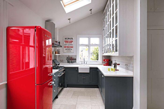 красный холодильник на кухне.
