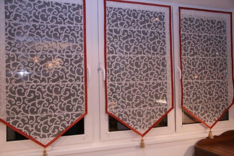 Самодельные занавески из тюля на пластиковом окне
